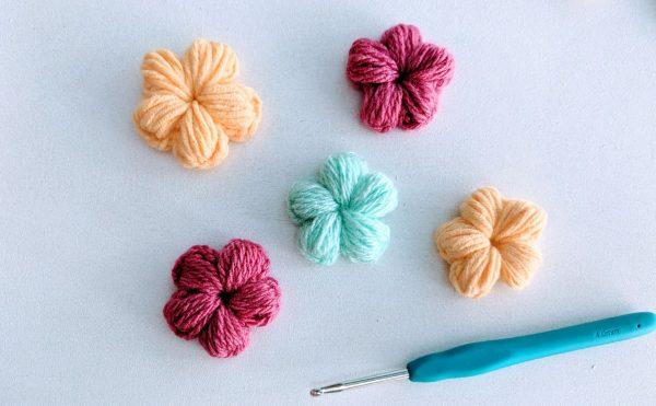 fleurs au crochet en jaune, rose et bleu