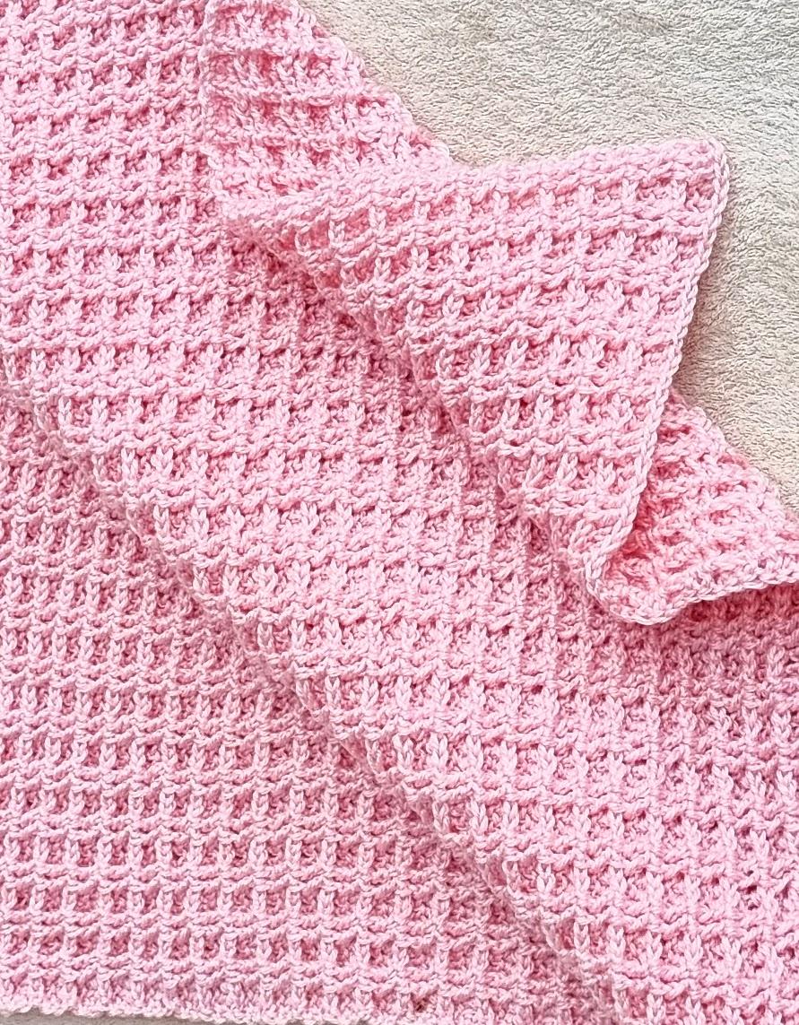 couverture au point gaufré rose au crochet