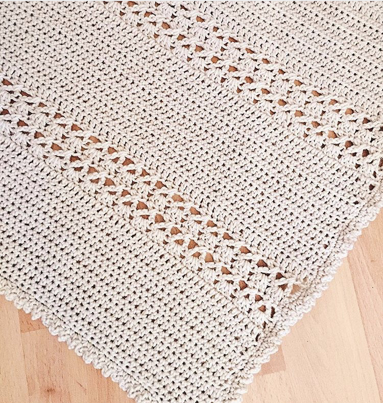 couverture au crochet en dentelle sur le sol