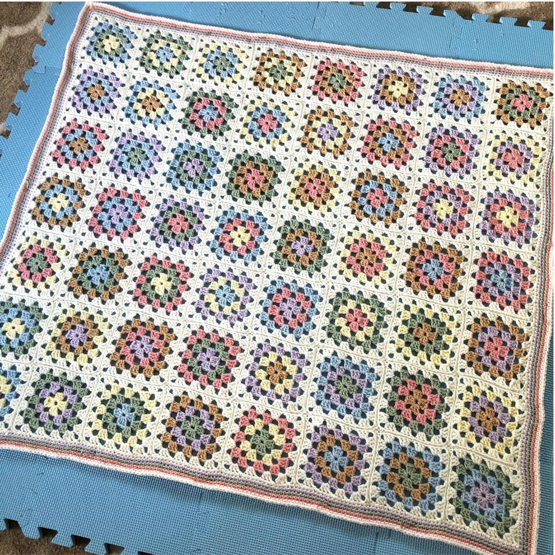 couverture de bébé au crochet carré mamie