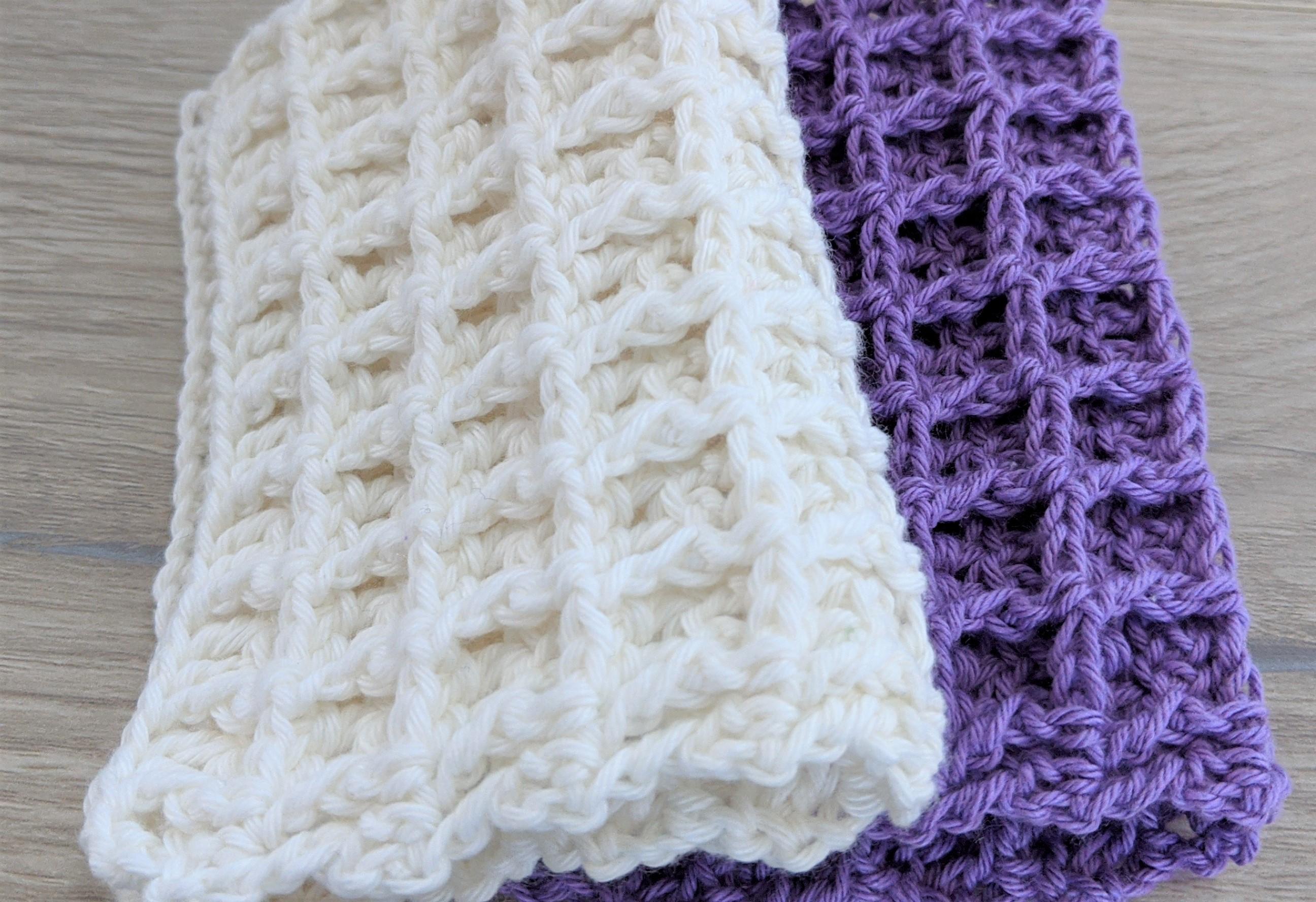 gant de toilette au crochet gaufré blanc et violet
