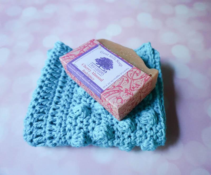 gant de toilette au crochet bleu pastel